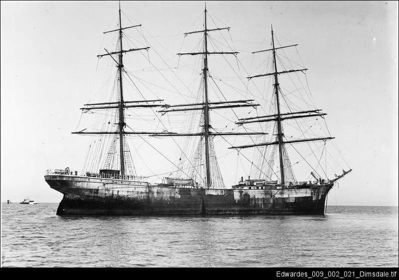 Ship destroys lighthouse
